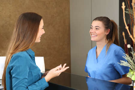 클리닉 상담 접수 창구에 환자가 참석하는 행복한 간호사