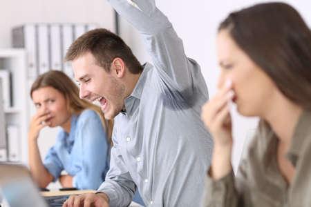 사무실에서 땀이 나고 냄새 나는 아내와 혐오감을 보이는 동료를 보여주는 사람