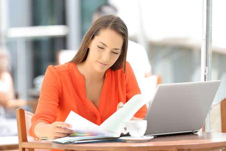 레스토랑에 앉아 독서 심각한 작업을하는 기업
