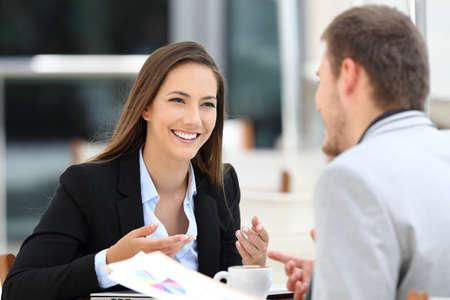 레스토랑에서 만나고 비즈니스 대화를 나누는 두 명의 행복 임원 스톡 콘텐츠