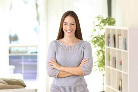 Portret van het trotse huiseigenaar stellen die u bekijken die zich in de woonkamer thuis bevinden