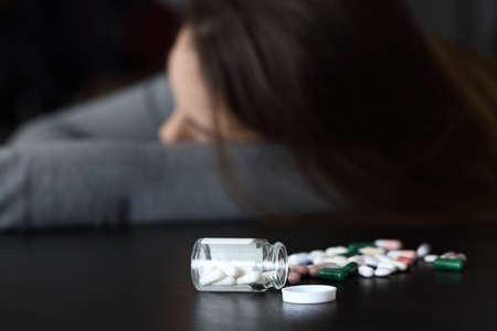 Gros plan d & # 39 ; une femme couchée morts après la rupture des pilules Banque d'images - 88707651