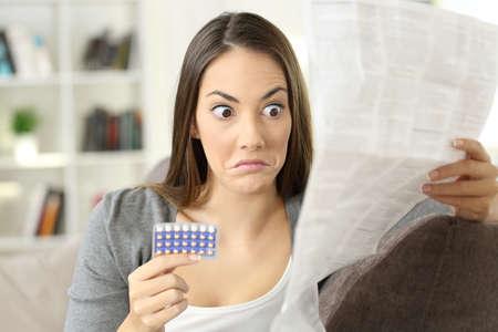 家のインテリアでソファに座っている経口避妊薬の禁忌はリーフレットを読んで混乱している少女の肖像画