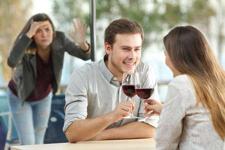 Besessene Ex-Freundin spioniert zu einem Paar in einem Café