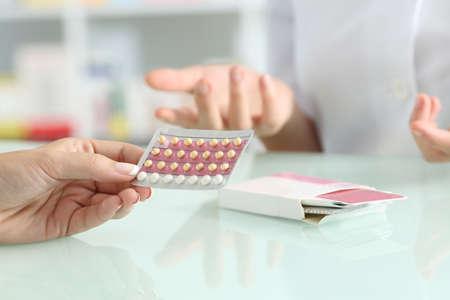 Zakończenie dziewczyna up wręcza kupować antykoncepcyjne pigułki i farmaceuta wyjaśnia w aptece