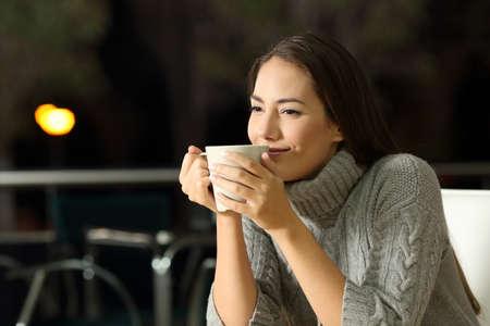 겨울에 밤에 술집에서 cofee 즐기는 잠겨있는 여자의 초상화