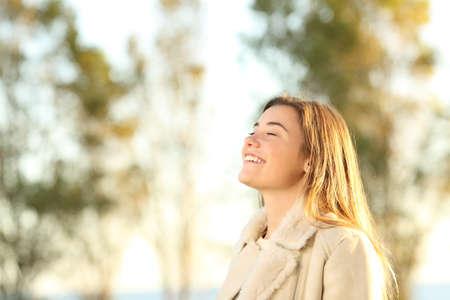 Portret van een meisje die verse lucht ademen die jasje dragen bij zonsondergang