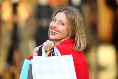 Zadní pohled na nákupní nákupní nákupní tašky na vás na ulici Reklamní fotografie