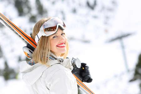 Portrét šťastné lyžařské dívka připravena lyžovat v zasněžené svahu