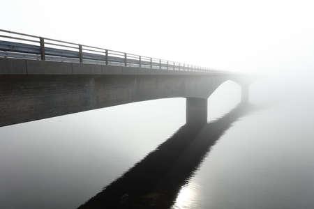 深い霧の真ん中の海に架かるコンクリート橋