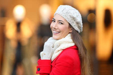 Portrét ženy krásy usmívající se na kameru v zimě v obchodě