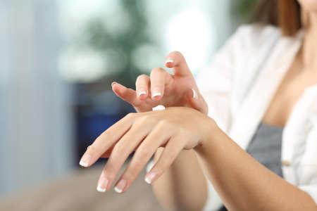 Sluit omhoog van een schoonheidsvrouw overhandigt thuis hydraterend met vochtinbrengende crèmeroom