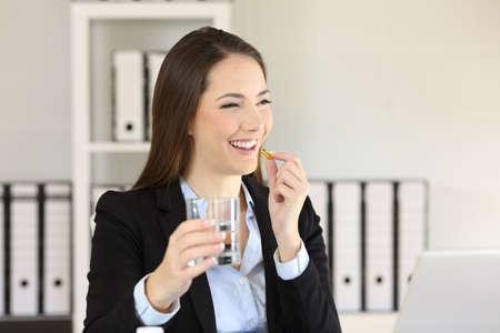 환 약을 복용 하 고 사무실에서 물 한 잔 들고 스마일 사업가 스톡 콘텐츠