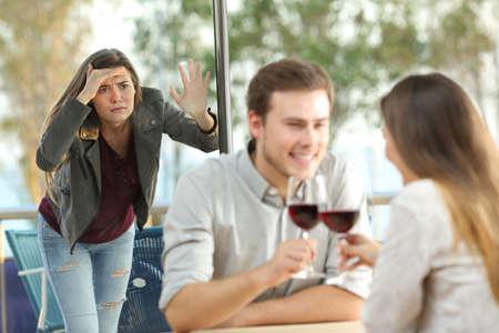 Stalker Ex Freundin auf einem Paar in einem Café Standard-Bild - 93963791