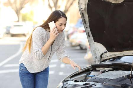 Besorgter Fahrer mit Autopanne , der auf der Straße überprüft