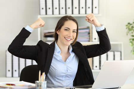 Gemotiveerde sterke en zelfverzekerde zakenvrouw camera kijken op kantoor Stockfoto