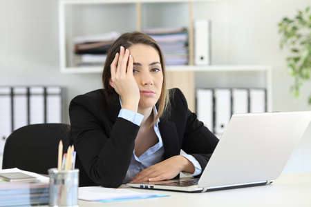 Frustrated executive posing looking at camera on a desktop at office Stock fotó