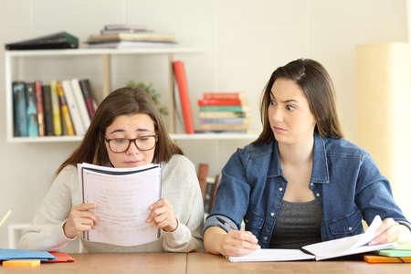 Studentin mit Sehproblemen und ihre verblüffte Freundin sieht erstaunt aus