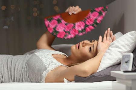 Überwältigte Frau Faning leiden Hitzschlag in der Nacht in der Nacht zu Hause im Bett liegen