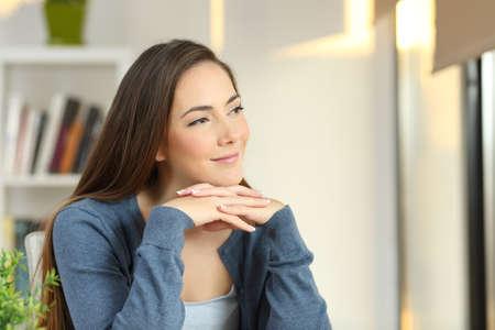 mujer pensativa pensativa mirando lado en una habitación en casa Foto de archivo