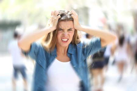 Wütende Frau mitten in einer Stadtstraße