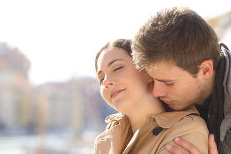 Homme séduisant et flirtant avec une femme dans la rue Banque d'images