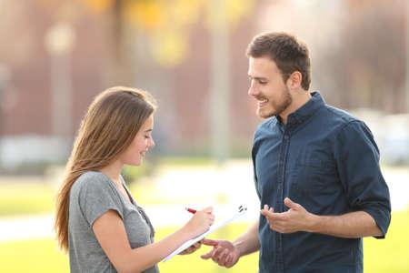 Uomo single che chiede un sondaggio in piedi per strada