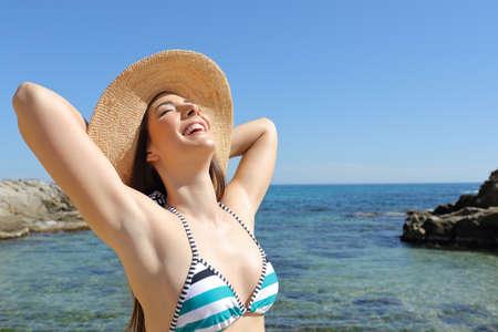 Turista soddisfatto che si gode le vacanze estive e il sole sulla spiaggia