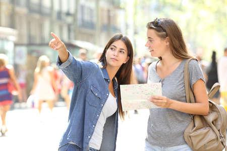Verdwaalde toerist vraagt om hulp van een voetganger op straat Stockfoto