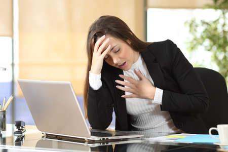Bezorgde zakenvrouw die een angstaanval krijgt door het stressvolle leven op kantoor