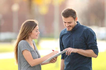 Szczęśliwy mężczyzna pytający o ankietę stojący na ulicy