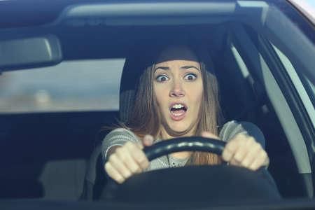 Widok z przodu portret przestraszonego kierowcy prowadzącego samochód przed wypadkiem