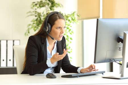 Wütender Telefonvermarkter, der Kunden online im Büro besucht
