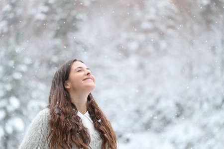Portrait of a happy teenage girl enjoying a snowy day in winter Stockfoto