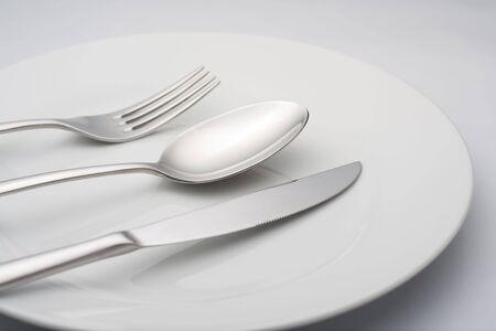 cuchillo y tenedor: cerca de plato, cuchillo, tenedor