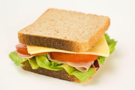 sandwich: Un delicioso y saludable bocadillo de jam�n de pavo queso lechuga tomate y cebolla
