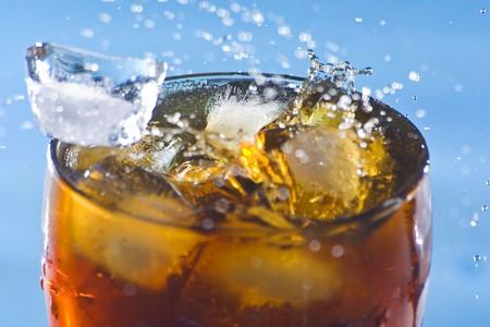 frisdrank: ijs splash verfrissing soda koude drank geïsoleerd Stockfoto