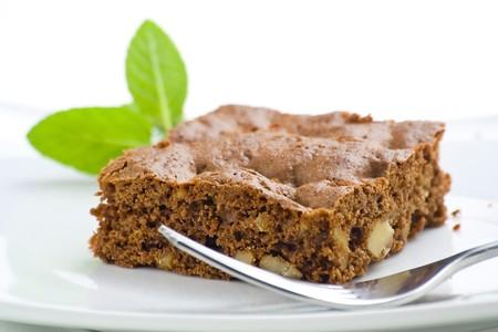 plato del buen comer: brownie de chocolate caliente con nueces y vainilla aisladas