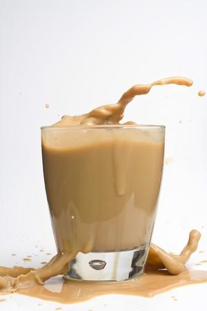 cremoso: crema de whisky de vidrio con cubitos de hielo m�s aislada en blanco Foto de archivo