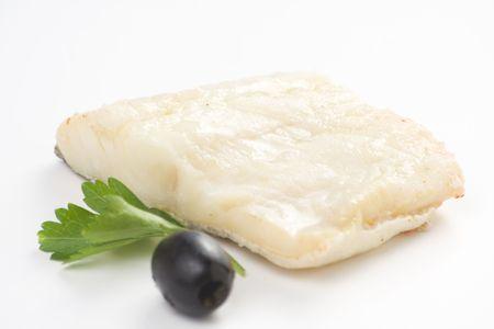 Filet de cabillaud cuit au four les tomates courgettes olives noires isolées Banque d'images
