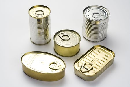 tiendas de comida: lata de aluminio, alimentos enlatados aisladas sobre fondo blanco