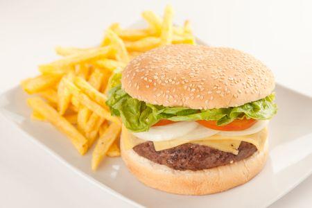 mahonesa: Carne fresca hecha en casa hamburguesa con queso, tomate cebolla aislados Foto de archivo