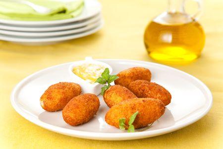 tapas espa�olas: Croquetas de jam�n y queso t�pico de la cocina espa�ola