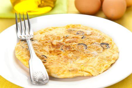 tapas espa�olas: las setas y las aceitunas de tortilla de patatas de comida t�pica espa�ola Foto de archivo