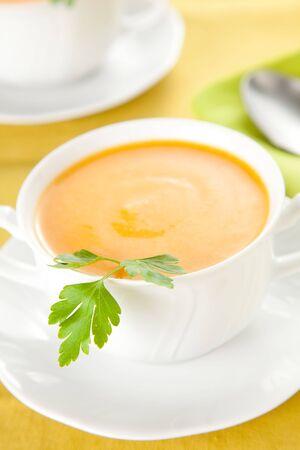 soup spoon: purea di carote gustosi con prezzemolo sul bianco ciotola