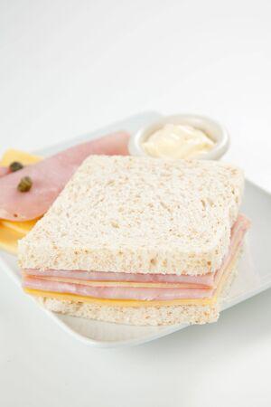 alcaparras: delicioso sándwich de jamón y queso con mayonesa  Foto de archivo