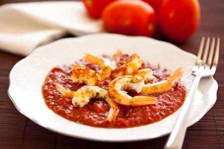plaat van garnalen geroosterd met gefrituurde tomaat