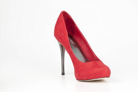 tacones rojos: Zapatos de tacón rojo aislado en blanco