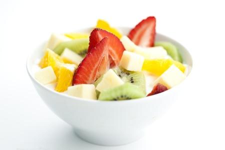 ensalada de frutas: Deliciosa ensalada de frutas con trozos de fruta y yogur Foto de archivo