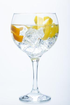 オレンジ レモンとライム ジントニック白で分離